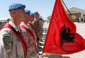02-la-bandiera-del-contingente-albanese-schierato-a-Herat