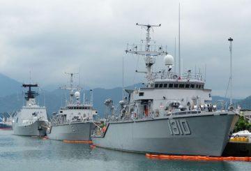 1280px-ROCN_Yung_Jin_MHC-1310_Yung_An_MHC-1311_and_Wu_Chang_PFG-1207_Shipped_in_Zhongzheng_Naval_Base_20130504a