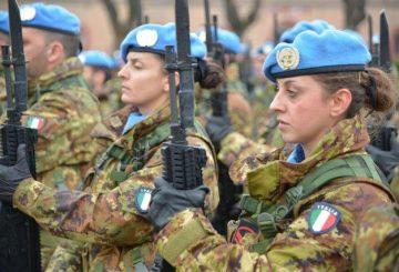 3_le_truppe_schierate_rendono_gli_onori