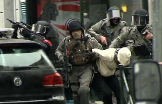 648x415_molenbeek-belgique-18-mars-2016-policiers-extraient-suspect-pourrait-etre-salah-abdeslam