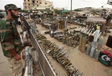 9919-miliziano-vigila-su-un-deposito-darmi-in-libia