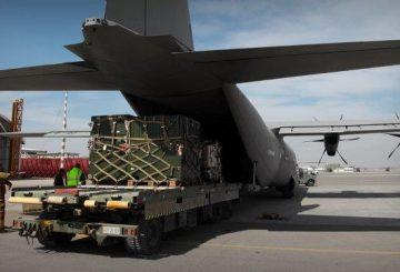 Caricamento-materiali-a-bordo-velivolo-C-130-J2