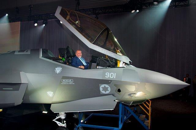 Foto-Ministro-della-Difeda-di-Israele-nel-cockpit-dellF-35-Adir
