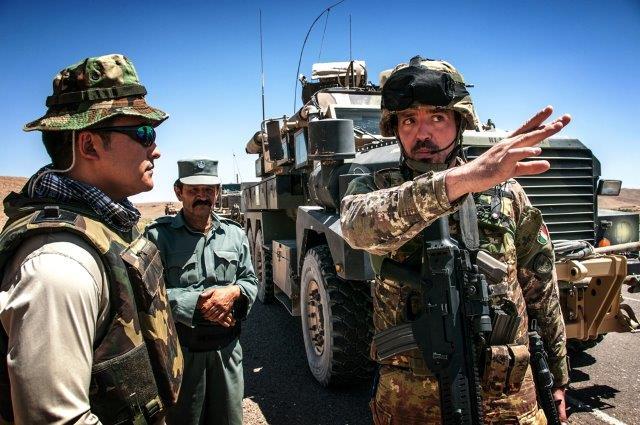 Militari-italiani-e-forze-di-sicurezza-afghane.-A-sinistra-linterprete-