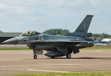 Royal_Netherlands_Air_Force_F-16_arrives_RIAT_Fairford_10thJuly2014_arp