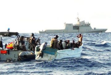 The-boarding-team-from-Spanish-EU-Naval-Force-warship-ESPS-Rayo-board-the-suspicious-skiff-623x393