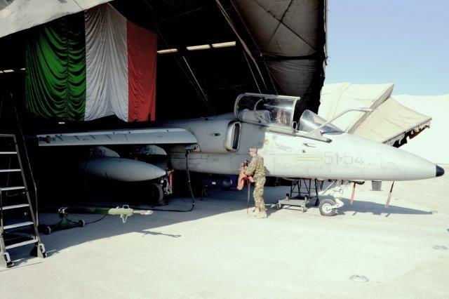 Un-cacciabombardiere-AMX-nellHangar-di-Camp-Arena-Herat-2
