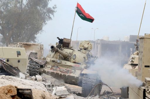 TOPSHOT - A T-54 tank belonging to forces loyal to Libya's Government of National Accord (GNA) takes position in Sirte's Al-Giza Al-Bahriya district on November 21, 2016, during clashes with Islamic State (IS) group jihadists to retake control of the Mediterranean coastal city. / AFP PHOTO / MAHMUD TURKIA