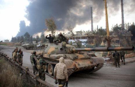 """Roma, 3 giu. (askanews) - """"Tutti a Raqqa"""". E' questo il nome di operazione militare che sta èper lanciare il regime del presidente siriano Bashar al Assad per la riconquista della capitale dello Stato Islamico (Isis). E' quanto riferisce oggi """"Al Akhbar"""" un giornale libanese molto legato a Damasco che parla di un """"potente ritono in campo"""" di Mosca """"che appogerà dal cileo l'offensiva""""; un evdiente segnale a Washington ed ai suoi alleati che non lascderà a loro """"il trofeo"""" della caccia all'Isis.  Lo scorso 25 maggio, forze arabe-curde sostenute dagli Stati Uniti hanno lanciato un'offensiva su Raqqa.   Secondo le fonti del giornale, """"da giorni le truppe dell'esercito siriano e delle forze alleate (Hezbollah libanesi ed iraniani"""" si stanno ammassando nella zona di Atharia nella provincia di Hama in attesa dell'ora x per la battaglia di Raqqa""""."""