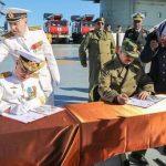 """Roma, 16 gen. (askanews) - Il generale libico Khalifah Haftar avrebbe firmato un accordo con i russi un accordo per una fornitura d'armi dal valore di 2 miliardi di dollari. A rivelarlo ai media arabi è un parlamentare dell'Assemblea dei deputati del governo di Tobruk al quale risponde il generale Haftar.   """"Esiste una commessa di armi russi di oltre 2 miliardi di dollari siglata dal generale Hafatr durante la visita sull'incrociatore Kuznetsov"""" che mercoledì scorso era in transito davanti a Tobruk nel suo viaggio di rientro dalla Siria, come ha detto al quotidiano Al Arab, Ismail al Gul, parlamentare dell'Assemblea dei deputati di Tobruk alla quale risponde il generale Haftar.  """"Sono in nessere contratti precedenti dell'esercito libico e quello che è successo (la firma sull'incrociatore) non è altro che il completamento di quei contratti"""", ha spiegato il parlamentare prima di aggiungere che """"questa commessa è un passo avanti per revocare l'embargo imposto sull'esercito libico impegnato in una guerra contro gruppi teroristici"""".   Il quotidiano """"al Arab"""" edito a Londra ricrda che il Cremlino aveva stipulato una commessa di armi nel 2008 con l'ex regime del colonnello Muammar Gheddafi."""