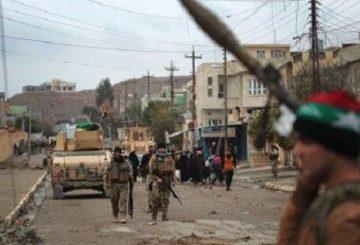 """Roma, 26 gen. (askanews) - Le forze irachene hanno respinto un'attacco dei jihadisti dello Stato Islamico (Isis) sulla zona liberata della città di Mosul che si trova sul versante orientale del fiume Tigri che divide in due il capoluogo oggetto di una vasta offensiva lanciata dai governativi lo scorso 17 ottobre per cacciare gli uomini del Califfato nero. Lo riferiscono media locali. """"Elementi dell'organizzazione terroristica approfittando del maltempo hanno attaccato il perimetro dei quartieri liberati al Baath e al Thubbat che si affacciano sulle rive del Tigri dalla parte orientale della città"""", ha detto il generale Saadi al Khatuni dell'antiterrorismo iracheno come riporta la tv satellitare curda Rudaw. Il generale ha quindi spiegato che """"il numero degli attaccanti era di 13 uomini armati che sono arrivati dal versante opposto del fiume a bordo di due barche, e dopo essere stati affrontati dalle nostre forze si sono asserragliati in negozi commerciali ed alcune case"""" dove hanno preso in ostaggio un numero di civili. Ma """"dopo oltre 3 ore di scontri a fuoco, la situazione è stata risolta dalle forze irachene con l'uccisione di 9 terroristi, la cattura di uno e la fuga di altri 3"""", ha detto il generale."""