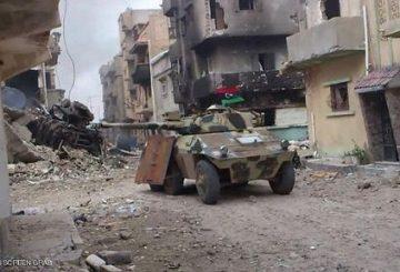"""Roma, 6 giu. (askanews) - In Libia le truppe del generale Khalifah Haftar che fanno capo al parlamento di Tobruk """"sono riuscite ad entrare nelle ultime due roccaforti"""" dei jihadisti dello Stato Islamico (Isis) a Bengasi, città ad est del Paese Nordafricano. A riferirlo è la tv satellitare al Arabiya che cita fonti militari secondo le quali """"l'operazione di liberare completamente i due bastioni è questione di ore"""". Secondo le stesse fonti, nelle due zone attaccate dall'esercito, Souq al Hut (""""Il Mercato del Pesce"""") e al Sabri """"la maggior parte dei terroristi sono stati fatti prigionieri o uccisi mentre quelli rimasti in vita sono fuggiti via mare"""", hanno detto le fonti all'emittente panaraba."""