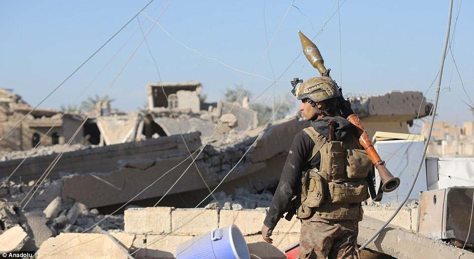2FA0E78C00000578-3375445-Iraqi_forces_are_seen_as_the_operation_aiming_to_re_seize_the_Ra-a-10_1451243054443