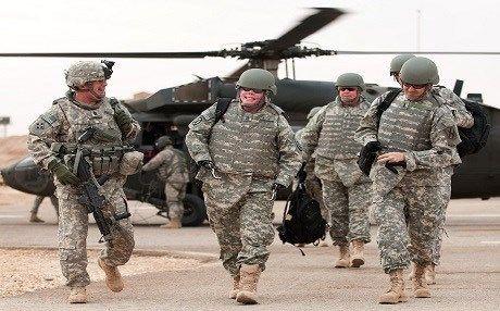 """Roma, 15 ott. (askanews) - Nuovo invio di forze militari da parte degli Stati Uniti in Iraq prima del via all'offensiva delle forze irachene per la liberazione di Mosul, ultima grande roccaforte dello Stato Islamico (Isis) nel Nord del Paese arabo. Lo riferiscono media curdi.  """"Una forza composta da 500 militari della base Fort Riley Usis nel Texas si dirigerà in Iraq in una missione di addestramento e formazione"""", scrive sul suo sito on-line la tv satellitare curda """"Rudaw"""" che cita un comunicato dell'esercito americano.  """"I compiti di questa forza riguardo all'operazione di Mosul dal pugno dell'isis si limitano a dare consigli"""", prosegue il comunicato prima di indicare che le forze Usa """"appoggeranno l'operazione nelle piane del Tigri e dell'Eufrate"""", i due grandi fiumi del Paese che passano, uno dentro la città e l'altro a ovest della provincia di Ninive il cui capoluogo è Mosul."""
