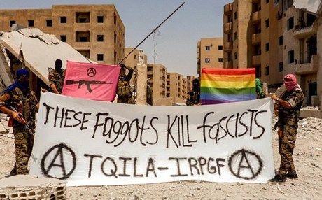 """Roma, 25 lug. (askanews) - Si chiama """"Brigata Tqila"""" ed è composta da stranieri gay che combattono contro i jihadisti dello Stato Islamico (Isis) nella loro 'capitale' siriana Raqqa. La nuova formazione, è nata in questi giorni dopo tre anni di persecuzione in cui la comunità di omossessuali nella terra del Califfato nero ha subito, torture, esecuzioni con fucili ma anche attraverso il lancio dai tetti degli edifici, come riportano i media locali.  Si tratta di un gruppo di volontari internazionali che combattono con le forze curde-siriane contro l'ISIS nel nord della Siria. Secondo quanto riporta oggi la tv satellitare curda, gli stessi promotori hanno annunciato su Twitter la nascita della loro prima unità LGBT per combattere il gruppo jihadista.   """"Dentro i quartieri di Raqqa, omossessuali che combattono fascisti"""": recita la frase scritta su uno striscione portato da alcuni combattenti in una foto postata su Twitter.  In una seconda dichiarazione postata dal gruppo su Twitter si afferma che i suoi membri """"cercano di rompere la divisione di genere e di far avanzare la rivoluzione femminile, nonché la rivoluzione sessuale""""."""