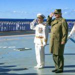 """Roma, 13 gen. (askanews) - Il generale libico Khalifah Belqasim Haftar """"ha firmato un accordo"""" con Mosca per l'installazione di una base militare in Libia. A scriverlo oggi è al Quds al Arabi, quotidiano panarabo di proprietà del Qatar, Paese che sostiene l'ex governo islamista di Salvezza nazionale di Tripoli.  Non solo ma la stessa testata, in un editoriale pubblicato oggi sul suo sito on-line, parla di """"prossime manovre della marina militare russa"""" nelle acque del mediterraneo davanti alle coste libiche che avrebbe l'obbiettivo di """"testare eventuali reazioni dei Paesi occidentali, troppo preoccupati di non impantanarsi"""" nel caos del Paese Nordafricano.   Mercoledì scorso, il generale Haftar ha visitato l'incrociatore russo Kuznetsov. Il comandante del sedicente esercito nazionale libico è stato accolto a bordo dal Vice Ammiraglio V. N. Sokolov e una volta sul vascello si è collegato in videoconferenza con il Ministro della Difesa della Federazione Russa Sergei Shoigu, come ha fatto sapere in un comunicato il ministero della Difesa russo. (segue)"""
