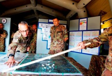 Il Gen. Carai durante il briefing al Gen. Vittiglio