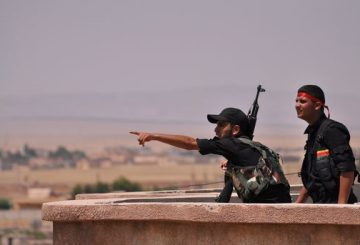 Fighters from the Kurdish People Protection Unit (YPG) monitor the horizon in the northeastern Syrian city of Hasakeh on June 28, 2015. IS seized two neighbourhoods in southern Hasakeh last week in a new attempt to seize the provincial capital, causing tens of thousands of people to flee, according to the United Nations. AFP PHOTO / DELIL SOULEIMAN