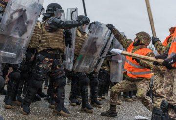 controllo della folla - i militari italiani simulano le forze ostili