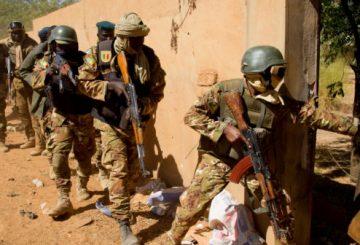 La porte vien de sauter , les fama investissent les lieux. Mercredi 25 janvier 2017, des soldats du GTD-B Conti de l'opération barkhane et des soldats maliens du camp FAMa de Gao ont mené conjointement une opération de combat urbain et de fouille opérationnelle dans Gao .Du 23 au 27 janvier 2017, l'ensemble des forces partenaires comprenant les forces de sécurité maliennes (FDSM), les forces armées maliennes (FAMa), la mission internationale des nations unies au Mali (MINUSMA) et la Force Barkhane, ont mené ensemble une vaste opération de sécurisation de la ville de Gao. Répondant au nom de Fildjo (Coup de filet en dialecte Bambara), cette opération avait pour objectif de mettre la main sur les réseaux terroristes et leurs sympathisants en liens avec l'attentat ayant visé le camp de cantonnement du bataillon du mécanisme opérationnel de coordination (MOC) le 18 janvier dernier.. Lancée le 1er août 2014, Barkhane est une opération conduite par les forces arméees françaises. Elle vise en priorité à favoriser l'appropriation par les partenaires du G5 Sahel de la lutte contre les groupes armés terroristes (GAT), sur l'ensemble de la Bande sahélo-saharienne BSS).La notion de partenariat constitue le fondement de l'opération Barkhane. Elle structure les relations entretenues par Barkhane avec les autres forces engagées dans le processus de stabilisation du Mali : la MINUSMA, l'EUTM Mali et les Forces armées maliennes (FAMa). 4000 militaires français participent à l'opération Barkhane, depuis janvier 2013, 18 d'entre eux ont perdu la vie.
