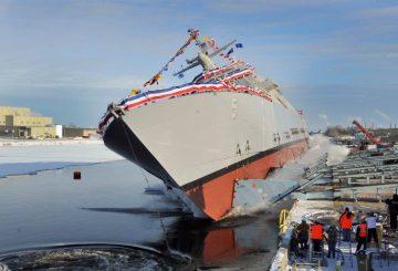 La LCS Milwaukee LCS 5 ripresa durante il varo 'laterale' presso Marinette Marine_@Lockheed Martin