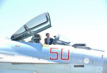 Damasco, 27 giu. (askanews) - Il presidente siriano Bashar al-Assad ha effettuato oggi la sua prima visita ufficiale nella base militare russa di Hmeimim, nell'Ovest della Siria. Lo ha reso noto la presidenza siriana sui propri account Telegram e Twitter. L'ex base aerea siriana, situata a Sud della città costiera di Latakia, è stata ceduta ai russi all'inizio del loro intervento in Siria, il 30 settembre 2015. Assad ha passato in rassegna carri armati e mezzi blindati e ha discusso gli alti gradi russi. In un video si vede Assad, in giacca e cravatta, salire al posto del pilota su un Sukhoi 35. Domenica scorsa, in occasione della festa islamica Eid al-Fitr, Assad si è recato nella città di Hama. E' la prima volta, dall'inizio del conflitto nel 2011, che il presidente si assenta per così tanto tempo da Damasco. (fonte Afp)