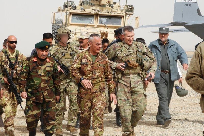 Il gen. Nicholson visita gli istruttori italiani a Farah (002)