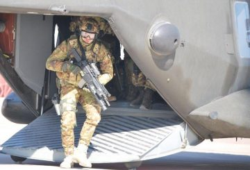 Militari Italiani forniscono la sicurezza all'elicottero NH 90 atterrato a Farah (002)