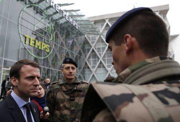 A-La-Defense-Emmanuel-Macron-veut-rassurer-les-commercants