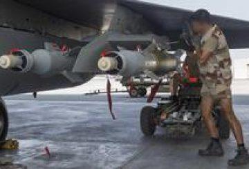 """Dans le cadre d'une action internationale contre """"l'état islamique"""", la France s'engage dans une coalition avec ses moyens prépositionnés dans le golfe persique. Les premières missions réalisées sont des missions de renseignement réalisées par les Rafale de l'escadron de chasse 3/30 Lorraine basés sur la base aérienne 104 d'Al Dhafra et assistés par un Boeing C135FR du groupe de ravitaillement en vol 2/91 Bretagne. Après trois jours de missions ISR, les Rafale de l'escadron 3/30 participent au sein de la coalition aux missions de bombardement. Des mécaniciens armement accrochent une bombe guidée laser GBU 12 sous un tribombes placer sous l'aile d'un Rafale afin de l'équiper pour la première mission de bombardement au dessus de l'Irak."""
