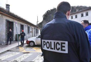 Agenti della polizia di dogana francese fotografati stamane a Bardonecchia, 31 marzo 2018. Sono piombati armati nella sala della stazione di Bardonecchia, al confine tra Italia e Francia, dove opera Rainbow4Africa. E, di fronte allo stupore di medici e volontari, hanno costretto un migrante a sottoporsi al test delle urine. E' un vero e proprio sconfinamento quello compiuto la scorsa sera da cinque agenti delle dogane francesi. A denunciarlo l'associazione che assiste i profughi che sempre più numerosi scelgono le Alpi per tentare di oltrepassare la frontiera. ANSA/ALESSANDRO DI MARCO
