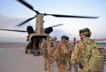 MISSIONE IN AFGHANISTAN I MILITARI ITALIANI SI IMBARCANO SUGLI ELICOTTERI PER RECARSI A KAL'HE NOW (002)