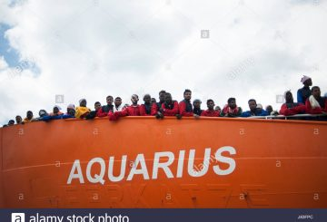 italy-26th-may-2017-migrants-disembark-from-the-aquarius-ship-of-the-J83FPC