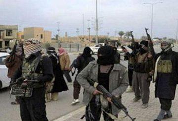 """Roma, 5 nov. (askanews) - """"Fuga di massa"""" in Siria dei jihadisti dello Stato Islamico (Isis) da Ana, cittadina a 190 chilomteri a ovest del capoluogo della provincia irachena al Anbar che era ancora controllata dal Califfato. A riferirlo sono media locali. """"Nelle ultime ore e fino alla mattina di oggi (sabato) nella cittadina di Ana controllata da Daesh (aconomio in arabo dell'Isis) è stata registrata una fuga di massa di elementi dell'organizzazione con loro familiari verso la città di al Qaim"""" valico sulla frontiera irachena con la Siria, ha detto oggi raji Barakat membro del Consiglio provinciale di al Anbar citato dal quotidiano panarabo al Quds al Arabi,. """"Gli elementi fuggiti sono stranieri di varie nazionalità ma anche iracheni ed arabi"""", ha spiegato il consigliere aggiungendo che """"la fuga è avvenuta dopo che i terroristi hanno fatto esplodere gli edifici governativi e saccheggiato quanto trovato all'interno degli uffici ma anche in numeorse abitazioni, negozi e fabbriche"""". Lo stesso consigliere ha spiegato che le forze governative """"erano in procinto di lanciare un'offensiva"""" per la liberazione della citatdina controllata dagli uomini del Califfato dall'estate del 2014,"""