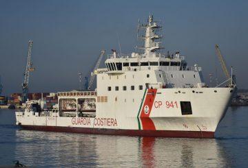 L'arrivo nel porto di Catania della nave Diciotti della Guardia Costiera con a bordo oltre 900 migranti e due corpi recuperati in sette diversi interventi di soccorso, Catania, 13 giugno 2018. ANSA/ORIETTA SCARDINO