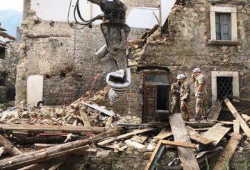 L'Esercito impegnato nella rimozione macerie nelle aree del sisma del centro Italia (2) (002)