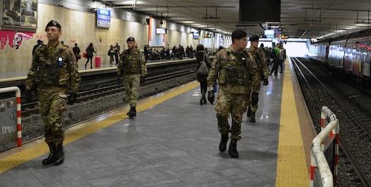 Militari-durante-il-pattugliamento-alla-stazione-ferroviaria-di-Napoli-Centrale