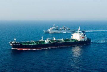 nave Etna in navigazione vicino mercantile