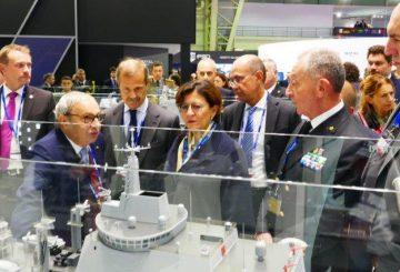 8_Ministro Trenta Bono ed altri sullo stand Fincantieri