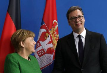 epa06666326 German Chancellor Angela Merkel (L) looks at Serbian President Aleksandar Vucic after a joint press statement before their meeting in the Chancellery, in Berlin, Germany, 13 April 2018. Reports state that both head of states will discuss the international situation and the bilateral relations of their countries. EPA/FELIPE TRUEBA