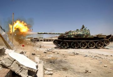Members of the Libyan National Army (LNA), also known as the forces loyal to Marshal Khalifa Haftar, fire a tank during fighting against jihadists in Benghazi's Al-Hout market area on May 20, 2017. / AFP PHOTO / Abdullah DOMA