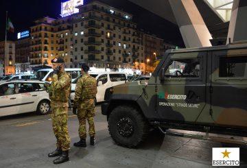 Militari dell'Esercito davanti alla stazione ferroviaria di Napoli Centrale