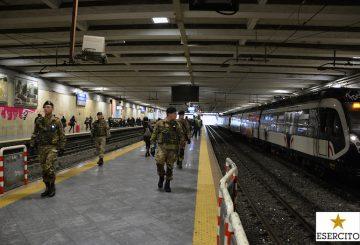 Militari durante il pattugliamento alla stazione ferroviaria di Napoli Centrale