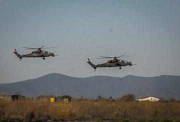 20 I Mangusta dell' Aviazione dell' Esercito garantiscono la sicurezza durante lo sbarco delle forze alleate