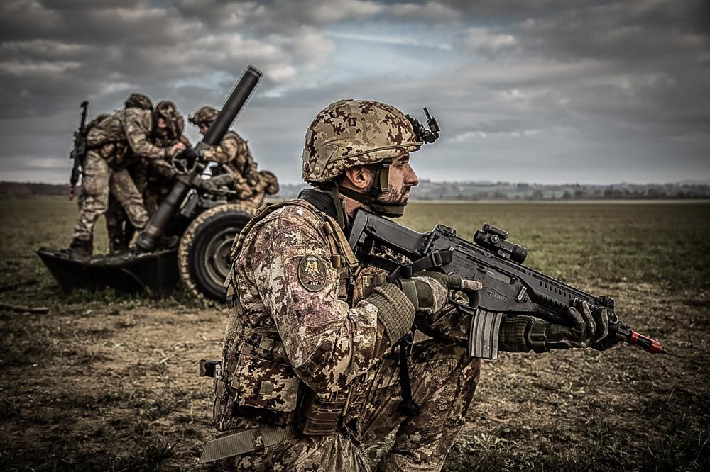 23 i Paracadutisti artiglieri Diavoli gialli schierati a difesa dell'aeroporto conquistato
