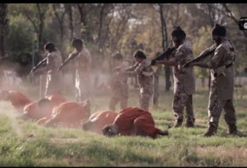 """Roma, 20 set. (askanews) - Nuovo orrore targato Isis in Iraq. I jihadisti dello Stato Islamico hanno postato in rete un nuovo video dell'esecuzione di 16 curdi nella città di Mosul, accusati di essere """"spie""""; tra i boia ci sono due bambini con sembianze decisamente europee. Il filmato, forse il più atroce mai diffuso dall'organizzazione terroristica, prodotto dalla """"Provincia di Ninive"""" è intitolato """"Se tornate torneremo"""", dura 15 minuti e 54 secondi. Nelle immagini vengono mostrati prima l'esecuzione con un colpo alla nuca di 8 persone e quindi la decapitazione di altri 8; come in altre esecuzioni, tutte le vittime sono state costrette ad indossare una tuta arancione. Nel video, come ormai diventato un collaudato rituale dei terroristi, vengono prima mostrati bambini vittime di raid della coalizione internazionale su Mosul; quindi si passa alle """"confessioni"""" delle vittime per poi mostrare le esecuzioni. Nel filmato dsi vedono due bambini con lineamenti occidentali che assieme a 6 adulti, tutti con il volto scoperto impugnano ciascuno una pistola sparare alla nuca di 8 vittime inginocchiate davanti a loro. Di inaduita brutalità invece è la successiva serie di esecuzioni con un boia di statura gigantesca e con il voto coperto che impugna una grande spada. Il boia costringe le sue otto vittime una per volta messo in ginocchio a capo chino, prima di sferrare il colpo con la scimittara che trancia di netto la testa della vittima. Il tutto girato con una telecamera vicinissima al collo dal quale sgorga il sangue."""