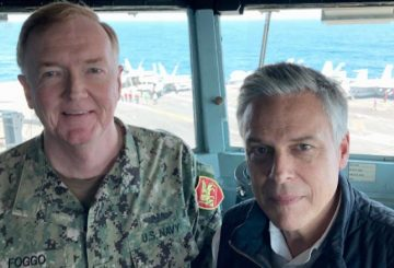 US Ambassador to Moscow Jon Huntsman and Admiral James Foggo, the commander of US Naval Forces in Europe and Africa on the bridge of the USS Abraham Lincoln.