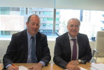 Signature of the contract- Nicolas Chamussy_Airbus and Miguel Angel Panduro_Hisdesat-Copyright Hisdesat- (002)