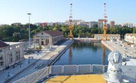 La portaerei Cavour in bacino a Taranto per i lavori di ammodernamento