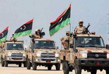 """Roma, 22 nov. (askanews) - """"Non sono più di una cinquantina asseraglliati in una piccola area"""" gli irrudicibili jihadisti della filiale libica dello Stato Islamico (Isis) rimasti ancora a Sirte a combattere con le forze che fanno capo al governo d'Accordo Nazionale (GNA). A sostenerlo è un comandante delle forze del GNA che indica l'area ancora in mano agli uomini del Califfato nero nel quartiere Al Jiza al bahriya, """"grande come un campo di calcio"""", come riporta il quotidiano panarabo al Quds al Arabi. """"La maggiore parte dei leader militare dell'organizzazione sono stati uccisi, e l'attuale emiro è un citatdino yemenita"""", ha detto il comadante in condizioni di anonimato, il quale ha aggiunto che """"militarmente, la battaglai di Sirte è decisa e l'unico ostacolo sono la presenza di donne e bambini oltre ai famigliari dei jihadisti che si trovano negli stessi luoghi dove sono rintanati i terroristi""""."""